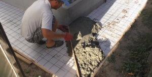 заливка бетоном отмостки