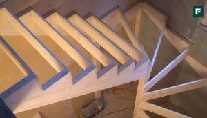 деревянная п-образная лестница на косоурах