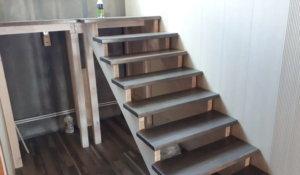 простая деревянная лестница на косоурах, из лиственицы