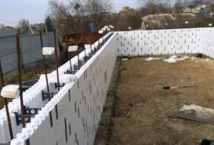 стена дома из несъемной опалубки из пенополистирола