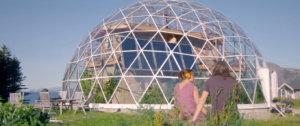 Энергоэффективный дом под стеклянным куполом, в теплице