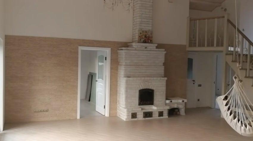 интерьер дома и печь, высокие потолки
