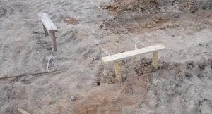 разметка под ленточный фундамент, колышки и обноски