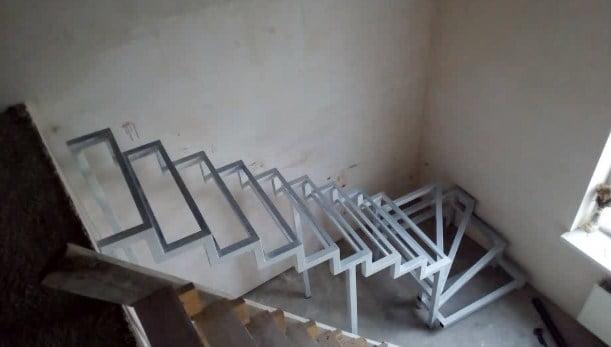 Какая лестница занимает меньше места в помещении. Металлические лестницы.