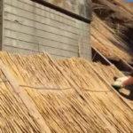монтаж соломы на крышу