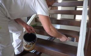 покрытие ступеней лестницы лаком, кистью