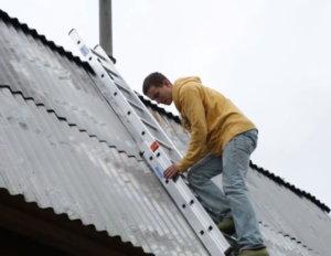 подъем на крышу на приставной лестнице