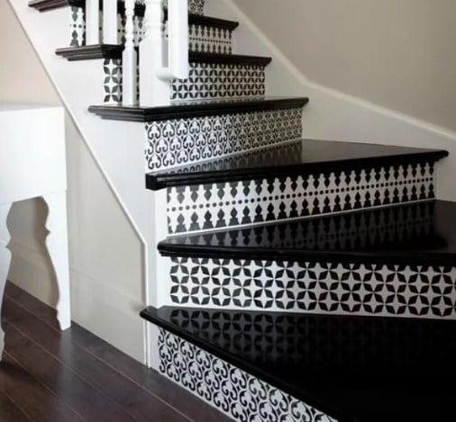черные ступени лестницы