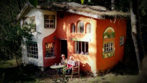 дом из глины и дерновой крышей
