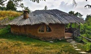 дом из глины с соломенной крышей