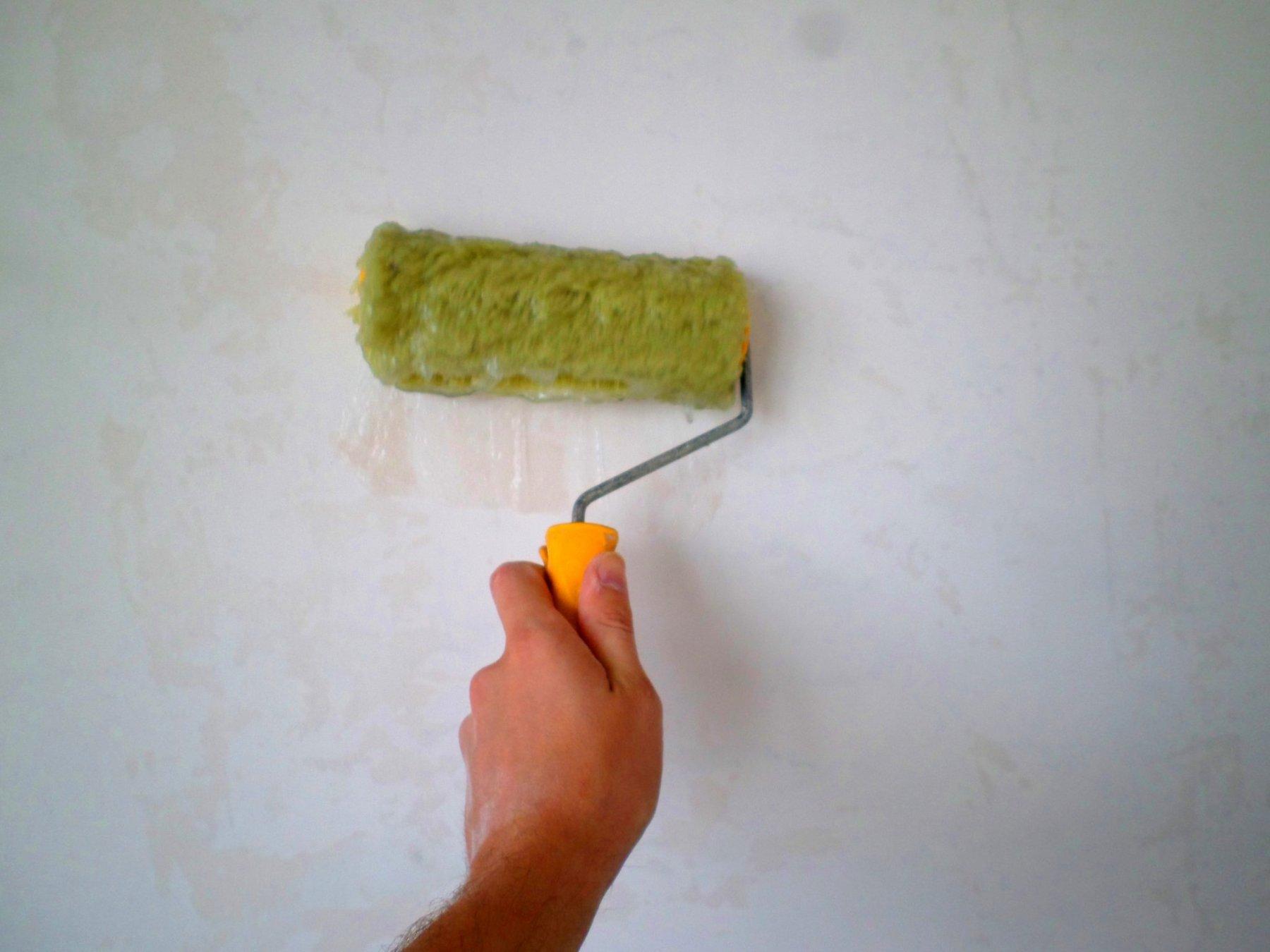 Как самостоятельно поклеить обои на стены: важные нюансы и рекомендации
