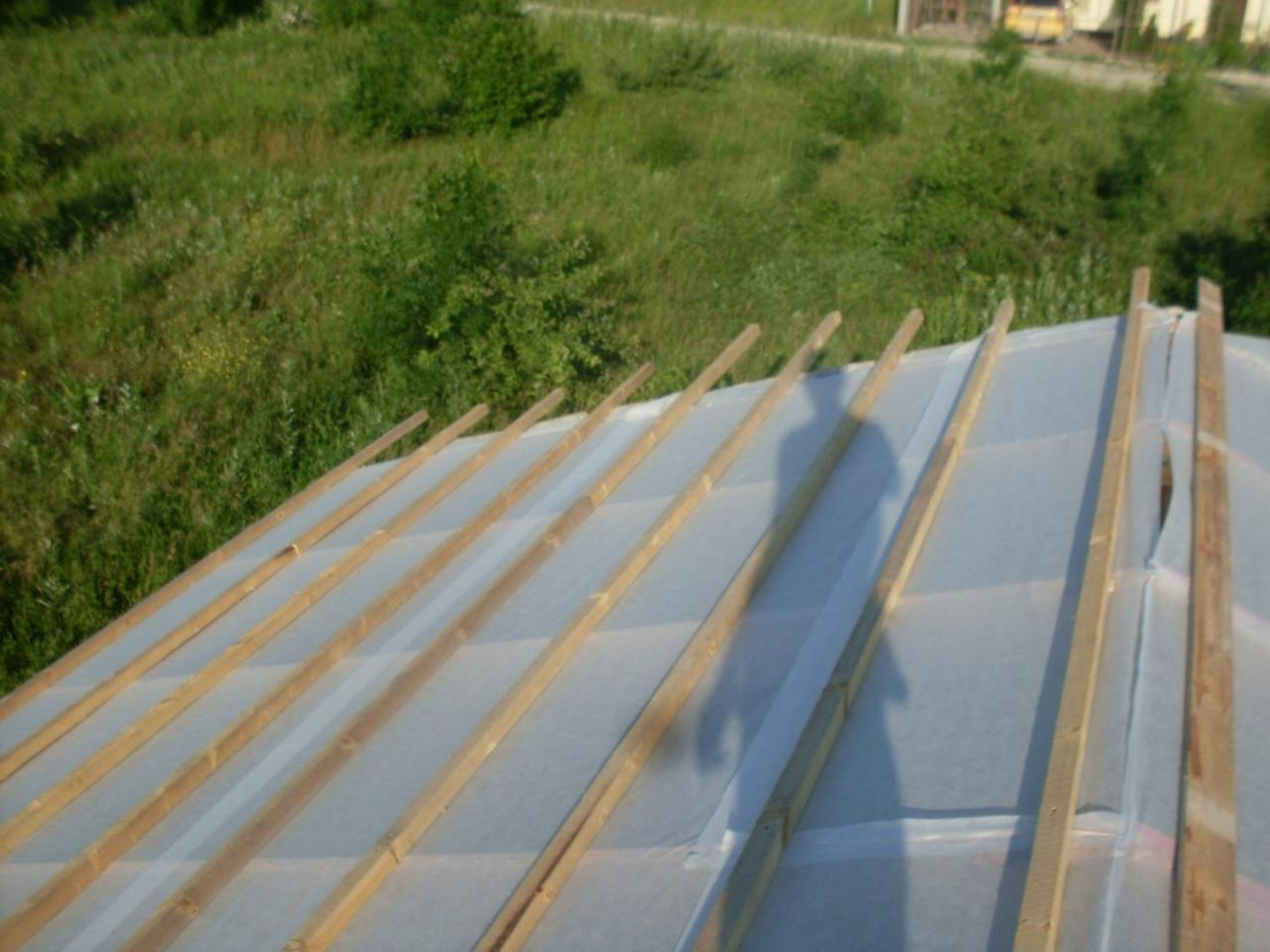 обрешетка крыши и пленка (мембрана)