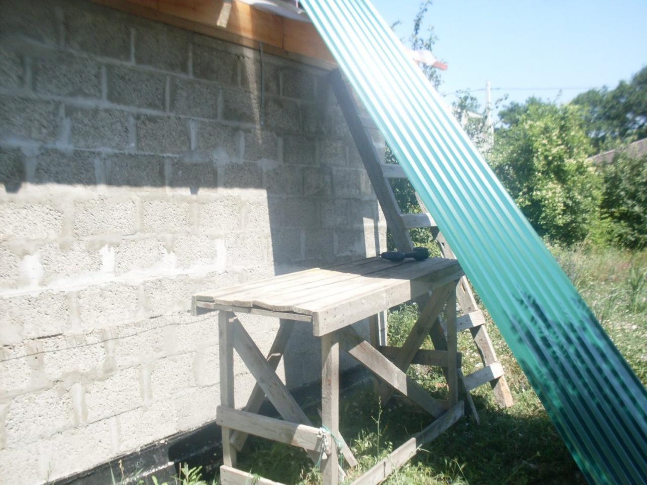 профлист поднимаю на крышу